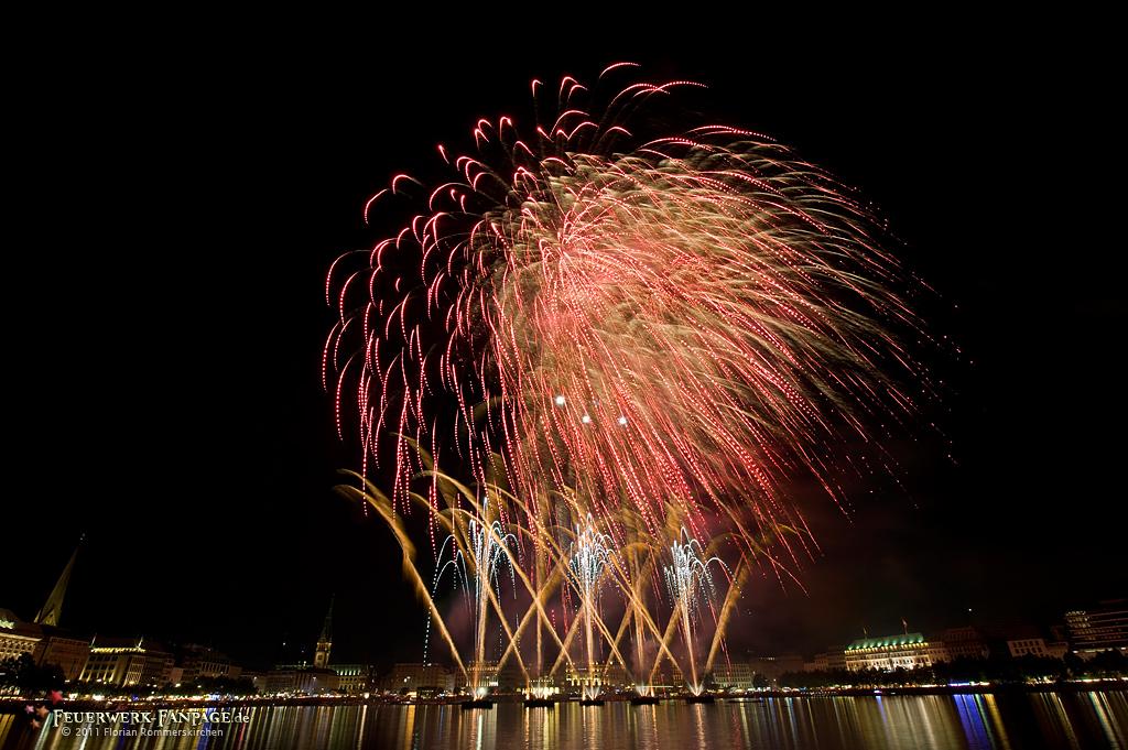 Feuerwerksfestival zum Alstervergnügen in Hamburg