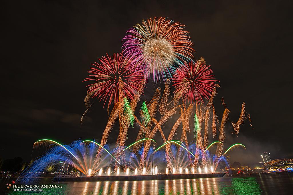 Feuerwerk zu den Kölner Lichtern 2019